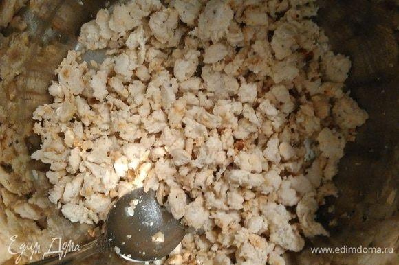 Готовим фарш: проворачиваем куриное филе и лук через мясорубку, добавляем по вкусу соль и перец. Выкладываем его на горячую сковороду и обжариваем до готовности.