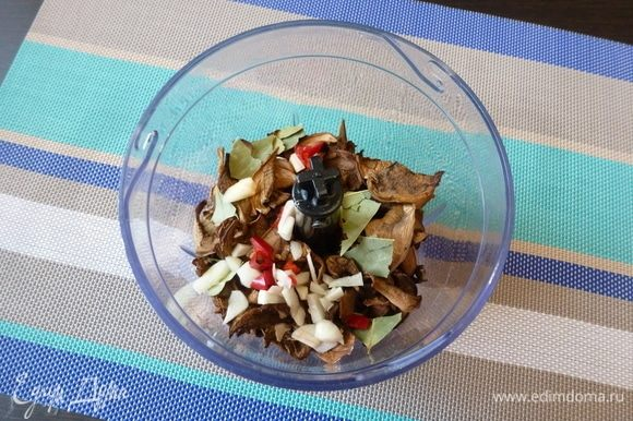 В чашу блендера кладем сухие грибы, лавровый лист, кусочки чили, нарезанный чеснок.