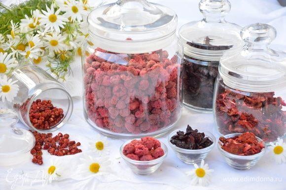 Все ягоды нужно хранить в стерилизованных банках с крышкой в темном сухом прохладном месте.