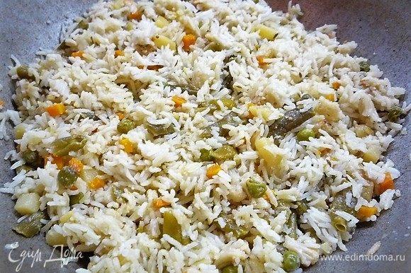 Перед подачей рис перемешиваем. Подаем на стол горячим, посыпав свежей зеленью. К плову можно подать свежие овощи.