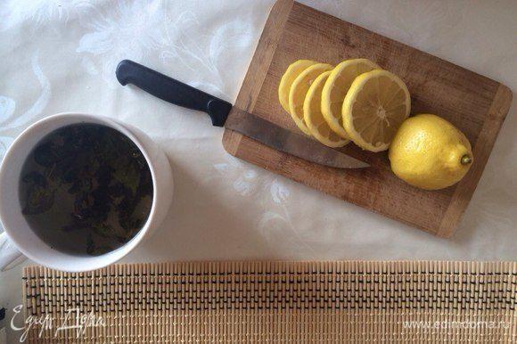 Порежьте лимон.