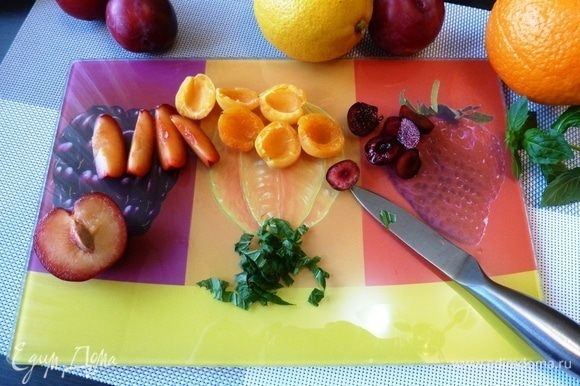 Нарежем кусочками и колечками ягоды и цитрусовые.