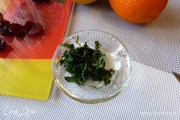 Листики мяты нарезать соломкой, посыпать сахаром и размять до выделения эфирных масел и сока.