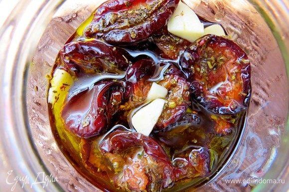 Добавляем оливковое масло и винный уксус, сливы должны быть полностью покрыты маринадом. Храним в холодильнике до востребования. Но долго храниться им не придется, у нас они съедаются мгновенно.