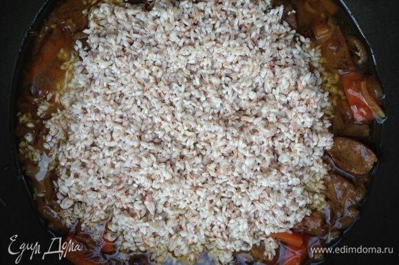 Слить воду с риса, хорошо промыть и отправить в сковороду. Добавить воду, чтобы рис был покрыт на половину фаланги указательного пальца. При необходимости добавить немного соли. Готовить на слабом огне около часа до готовности. За 10 минут до готовности поместить целую головку чеснока по центру сковороды, наполовину утопив ее в рис. Готовый плов аккуратно перемешать снизу вверх. Подавать с салатом из свежих овощей. Приятного аппетита!