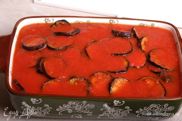 Залить все томатным соусом.
