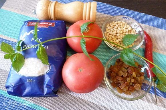 Подготовим продукты для фаршированных помидоров. Лук мелко-мелко нарубим, петрушку и мяту мелко нарежем. Изюм без косточек помоем, если он слишком сухой, то замочить в горячей воде на 5 минут. Кедровые орехи подсушить на сухой сковороде.