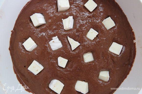 Выкладываем тесто в форму (у меня силиконовая D=18 см), сверху равномерно распределяем кусочки бри, утапливая их в тесте. Выпекаем минут 20 в разогретой до 180°С духовке.