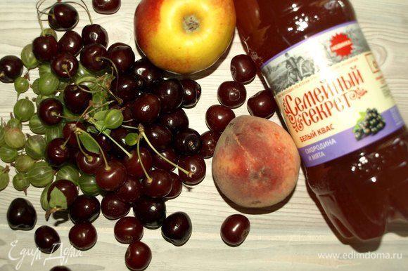 Берем для фруктово-ягодной окрошки квас «Семейный секрет. Смородина и мята».