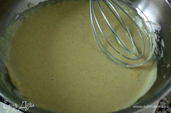 В это время приготовить простой горчичный соус. В сотейнике на маленьком огне растопить сливочное масло и вмешать в него горчицу. Крахмал смешать с 3 ст. л. молока. Остальное молоко и бульон постепенно добавить в сотейник, постоянно помешивая. Бульон рекомендуется говяжий или рыбный. Если используете бульонные кубики, то помните, что они очень соленые! В последнюю очередь влить молоко с крахмалом и венчиком взбивать до загустения около 5 минут.
