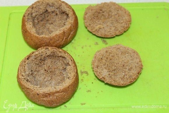 В это время подготовить булочки, удалив из них сердцевину.