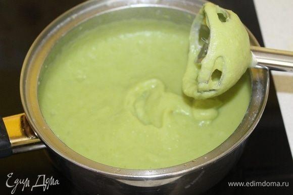 Пюрировать суп погружным блендером.