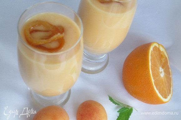 Разливаем по порционным бокалам, украсив цедрой апельсина, цукатами, мятой.