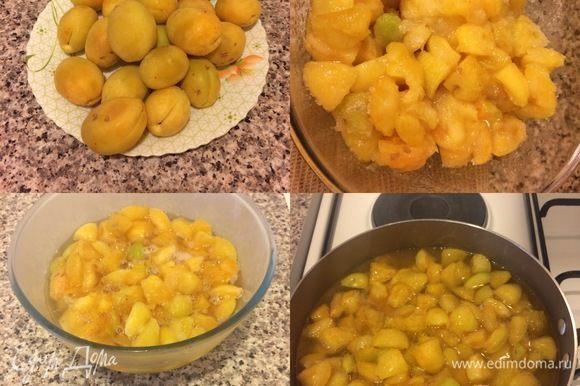 В ингредиентах указан вес абрикос без косточек. Абрикосы вымыть и нарезать кубиками. Переложить в миску, засыпать сахаром, добавить цедру, перемешать, накрыть пленкой и отправить в холодильник на 6-8 часов. Затем переложить в кастрюлю с толстым дном.