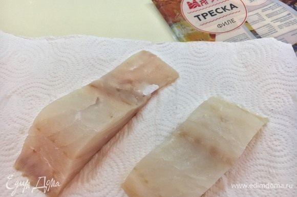 Разморозьте филе трески ТМ «Магуро». Как всегда, советую это делать на бумажных полотенцах. Филе трески достаточно волокнистое и хрупкое. Правильная разморозка поможет рыбе держать форму, что необходимо при сборке блюда.