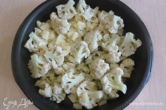 Капусту сбрызнуть маслом, добавить семена фенхеля, горчицу, щепотку соли и перца. Ананас нарезать кубиками. Также выложить в форму. Перемешать. Поставить в духовку (200°С) на 30 минут.