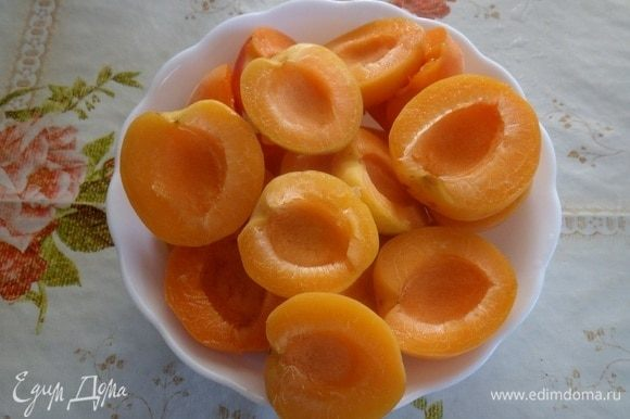 Пока закипает вода, промываем абрикосы. Разрезаем плоды на 2 части и удаляем косточки.