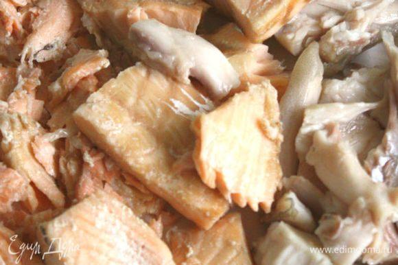 Рыбу вынуть, отделить мясо от костей, бульон процедить.