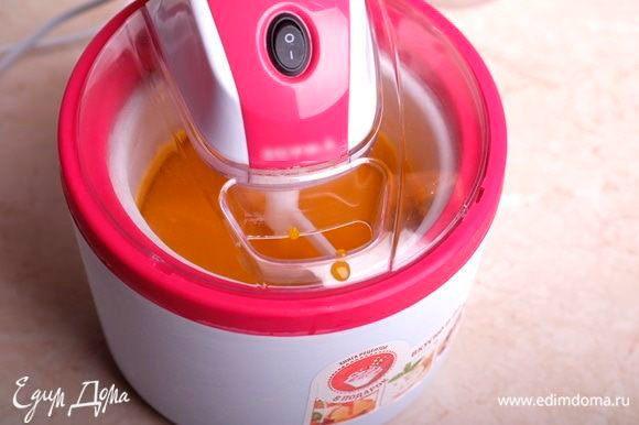 Далее делаем сорбет согласно инструкции к вашей мороженице. В моем случае я предварительно хорошо замораживаю чашу и вливаю массу при включенной мешалке.