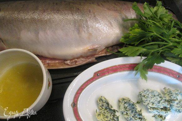 Рыбу очищаем от чешуи, потрошим. Готовим масло с зеленью: перемешиваем мелко рубленую зелень с маслом, цедрой лимона и чесноком и убираем в холодильник.