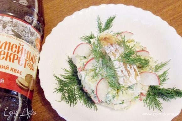 Можно выкладывать окрошечную смесь каждому в тарелку и затем добавлять квас, кто как любит. Сверху положить кусочек отварной рыбы.