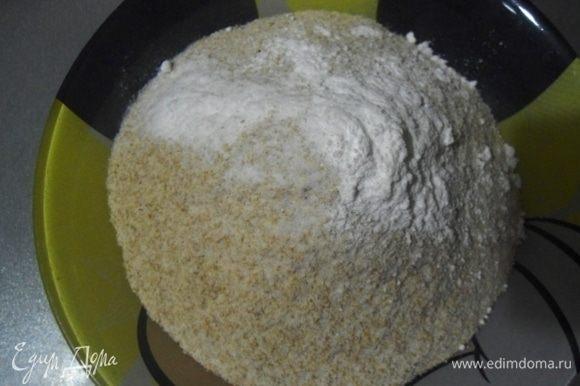 Смешать цельнозерновую муку, соду, разрыхлитель и щепотку соли. Ввести сухую смесь к жидкой, добавить цедру лимона и перемешать.