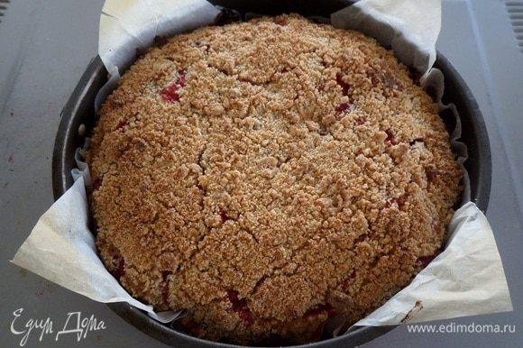 Выпекаем пирог в разогретой духовке 30-40 минут при 180°С.