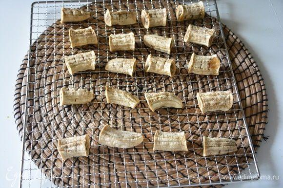 Сушить бананы при 60°С 10-12 часов. Сушеные бананы по консистенции похожи на маршмеллоу.