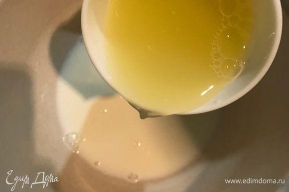 Добавить к молоку пастеризованные белки и творог (у меня был мягкий).