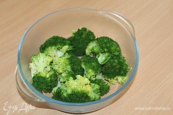 Отварить брокколи в подсоленной воде 4 минуты.