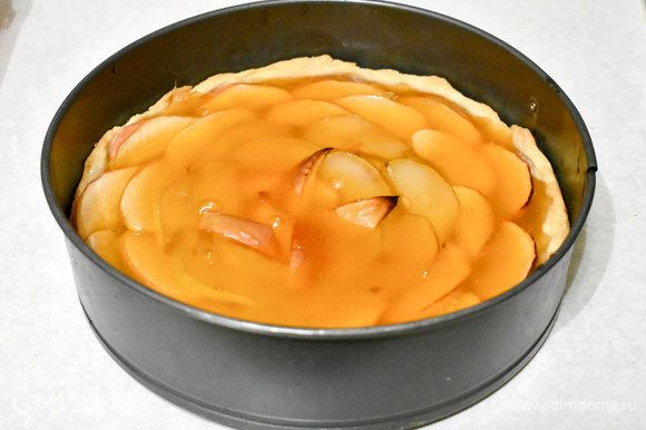 Полить пирог мармеладной смесью (предварительно можно слегка посыпать фрукты сахаром) и поставить в холодильник.