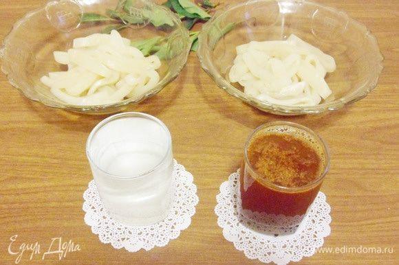 Приготовить рассол. В 500 мл теплой (чтобы соль полностью растворилась) воды добавить соль и сахарный песок. Размешать до полного растворения соли и сахара. Всего у меня было 4 тушки кальмаров. Из 2 кальмаров приготовлю сушеные кальмары натуральные, а из 2 других — сушеные кальмары с красным острым молотым перцем. Поэтому рассол перелила в 2 стакана и в один из них добавила перец.
