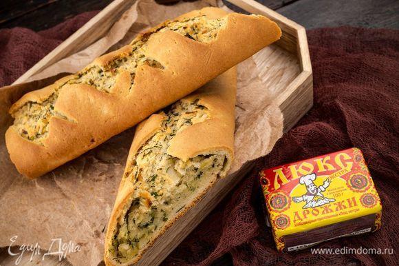 Поместите противень в разогретую до 225°С духовку. Выпекайте ароматный хлеб 30 минут. Приятного аппетита!