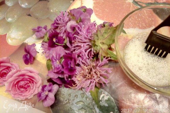 Лепестки роз, виолы, монарды, веточки мелиссы промыть и просушить. Взбить вилкой один яичный белок. Кисточкой нанести взбитый белок по поверхности цветка.