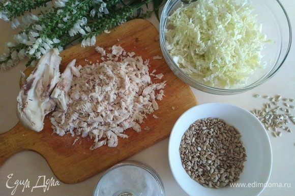 Куриное филе варим в течение 20 минут (после того, как вода закипела). Отварное куриное филе нарезаем на маленькие кусочки.