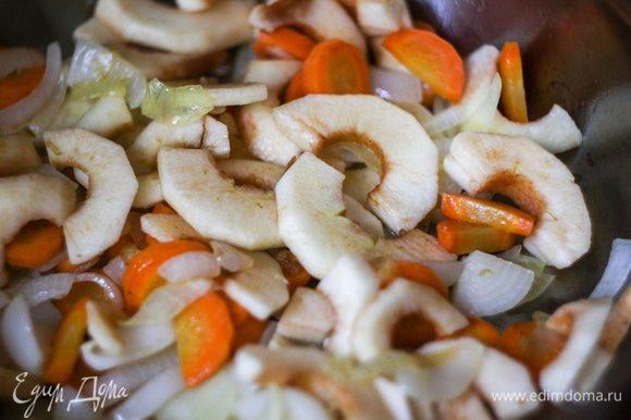 Затем добавить яблоки, перемешать и жарить еще минуты 3.