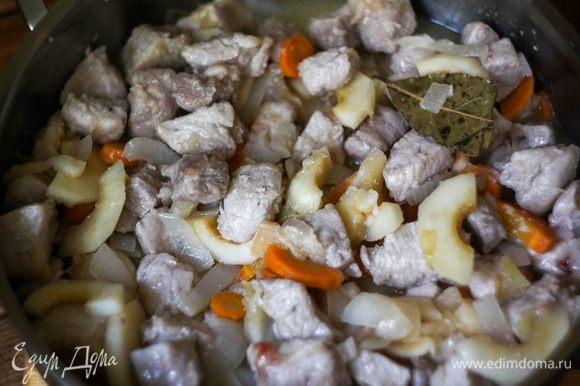 Залить овощи с яблоками 400 мл воды и сразу добавить мясо, горчицу, лавровый лист, поперчить и довести до кипения. Затем снизить нагрев до минимума и тушить под крышкой 20-30 минут, при необходимости подливая воду (мне не понадобилось подливать).