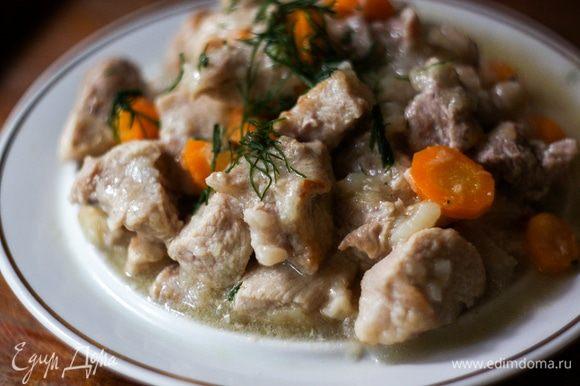 Готовое блюдо посолить и посыпать измельченным укропом.