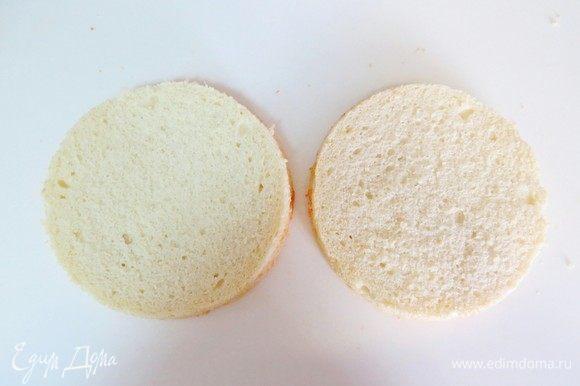 Даем бисквиту отлежаться 5-8 часов, затем можно разрезать его на 2 коржа.