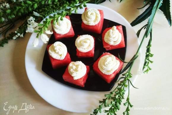 Подаем на стол! Попробуйте это удивительное сочетание сочного сладкого арбуза и сливочного крема с перчинкой! Приятного аппетита! :)
