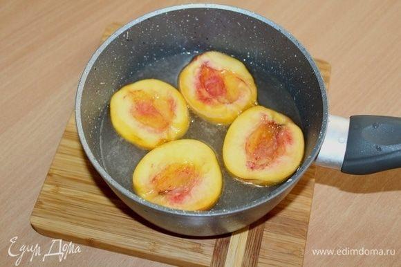 Персики разрезать пополам, удалить косточки. Из воды и сахара сварить сироп. В горячий сироп положить половинки персиков. Поварить 3-4 минуты. Вытащить и аккуратно снять кожицу.