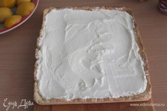 Для начинки взбить сливки с сахаром, творожный сыр слегка взбить и добавить по частям взбитые сливки, аккуратно взбивая после каждой порции. Должна получиться воздушная масса, прекрасно держащая форму. Выложить крем на остывший тарт.