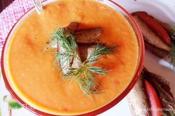 Осталось украсить томатный суп зеленью, положить сверху пару шпрот и сделать бутерброды со шпротами.