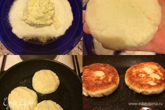 Сковороду с толстым дном разогреть. Сформировать колобки, слегка обвалять в рисовой муке и жарить, накрыв крышкой, до готовности.
