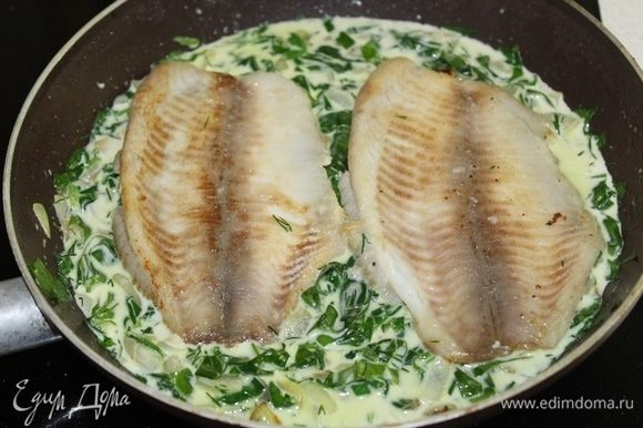 Выложить на шпинат рыбу, потушить 5 минут.