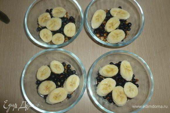Нарезать бананы ломтиками, выложить поверх ягод. Сбрызнуть лимонным соком.