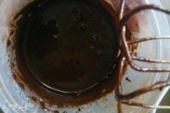 Взбиваем теплое молоко с сахарной пудрой. Для цвета добавьте какао или пищевые красители.