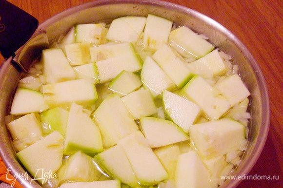 С помощью шумовки достать готовое куриное филе из кастрюли, накрыть тарелкой, чтобы оставалось теплым. А в кипящий куриный бульон положить лук, картофель, кабачки. Варить около 15-20 минут до готовности всех ингредиентов.