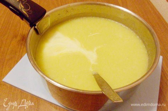 Добавить мягкий плавленый сыр (можно использовать и плавленые сырки, предварительно порезав их на кусочки).