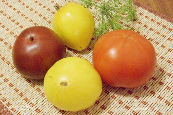 Для приготовления салата помидоры помыть и обсушить салфеткой. У меня помидоры разного цвета и разного вкуса. В салате они смотрятся очень нарядно.